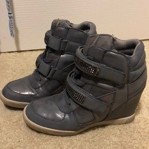 Wedge tennis shoes